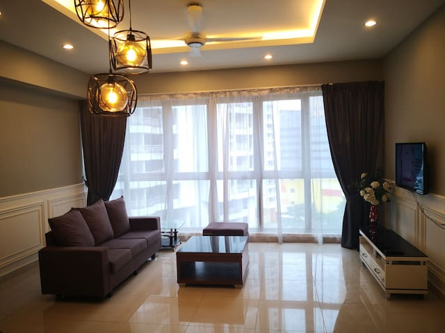 Spacious Wainscoting Regalia 1br c/w Infinity Pool