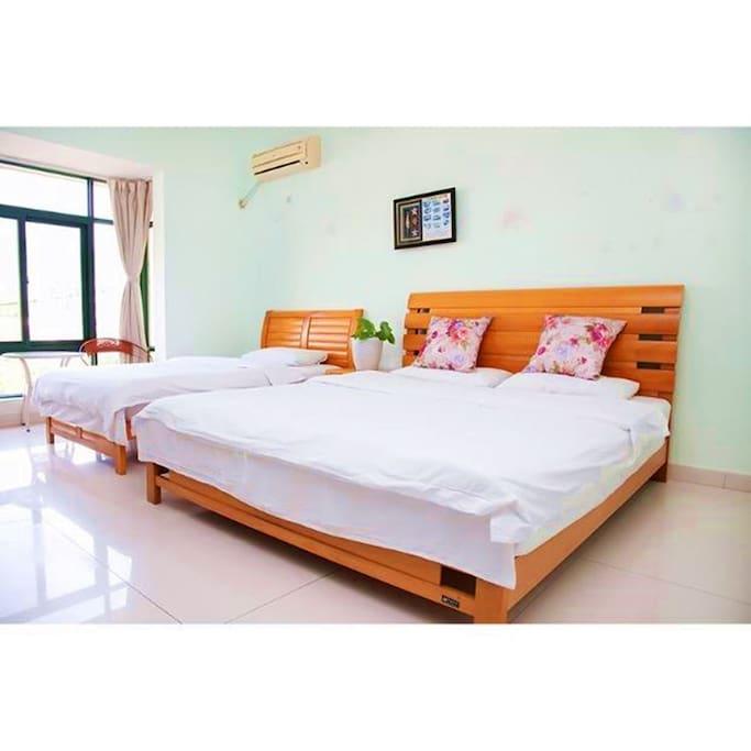 落地窗.一张1.8米舒适双人床.一张1.2米单人床
