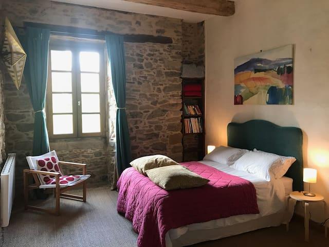 """La chambre 4 dite """"des piafs"""" (nous avons beaucoup d'oiseaux au Claouset, non seulement nos hirondelles mascottes) : un lit double et deux lits simples superposés."""