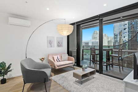 Boutique apartment on St Kilda Rd w/ tram at door
