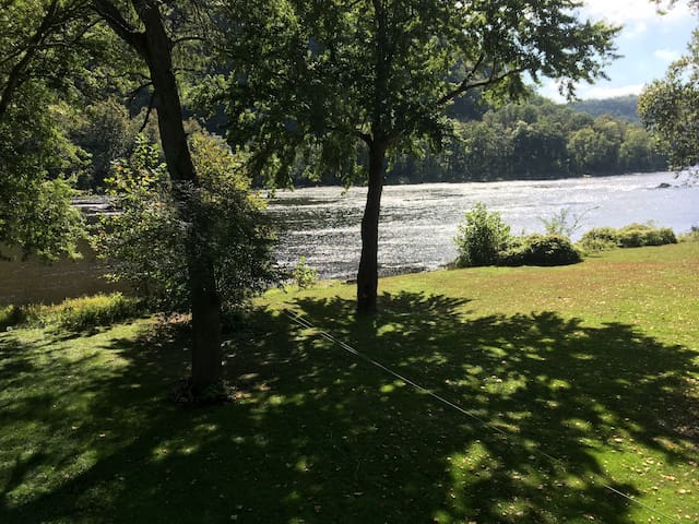 Lovely 2 BR Bungalow Directly on Delaware River