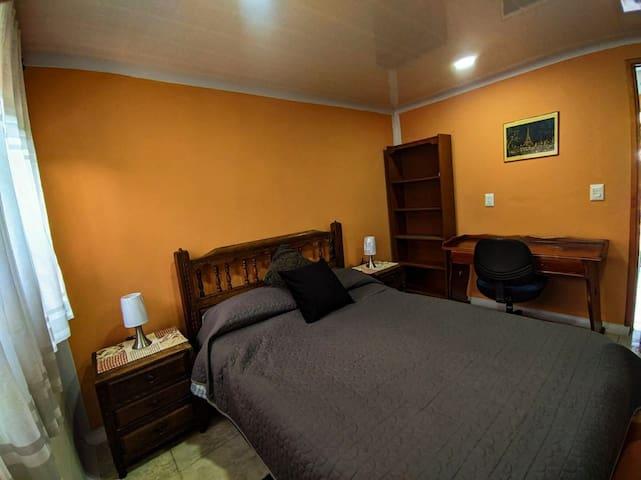 Habitación Yerbabuena. Cuenta con un espacio especial para que puedas trabajar o estudiar comodamente.