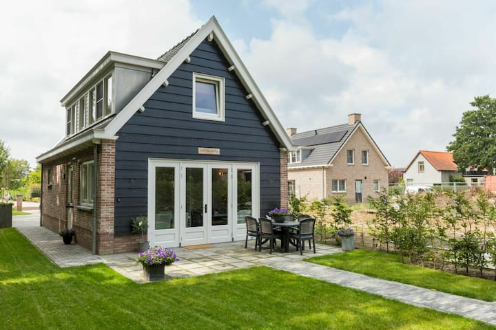 Holiday home with beautiful views over the polder landscape, 4.5 km from the sea