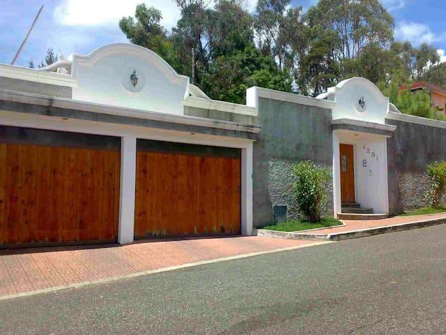 Casa amplia en Mixco, para visitantes.
