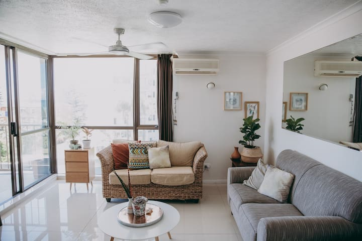 Cosy gem, beach side in Burleigh Heads!