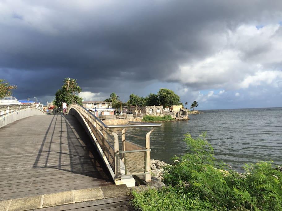 La passerelle entre la ville et la plage
