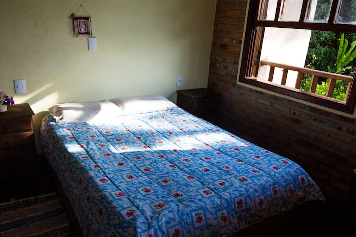 Suíte com uma cama de casal. Localizada no piso superior.