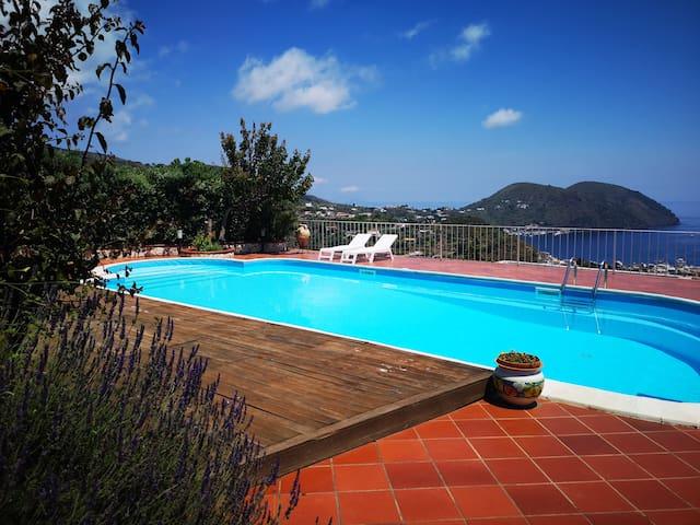 La Lipara. Panoramico bivani in villa con piscina.