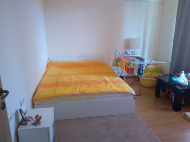 Уютная, чистая и светлая квартира. Удобная двуспальная кровать. Новая мебель. В квартире есть вся техника. На кухне вся необходимая посуда, сковородки, кастрюли. Квартира очень удобная для проживания. Будем рады гостям!!!
