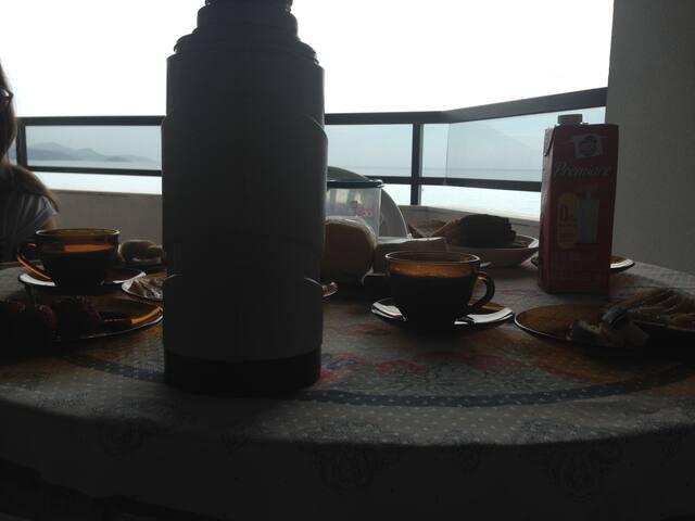 café da manhã de frente para o mar