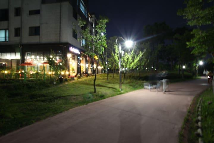 숙소앞 신동 까페거리입니다.도보1분^^