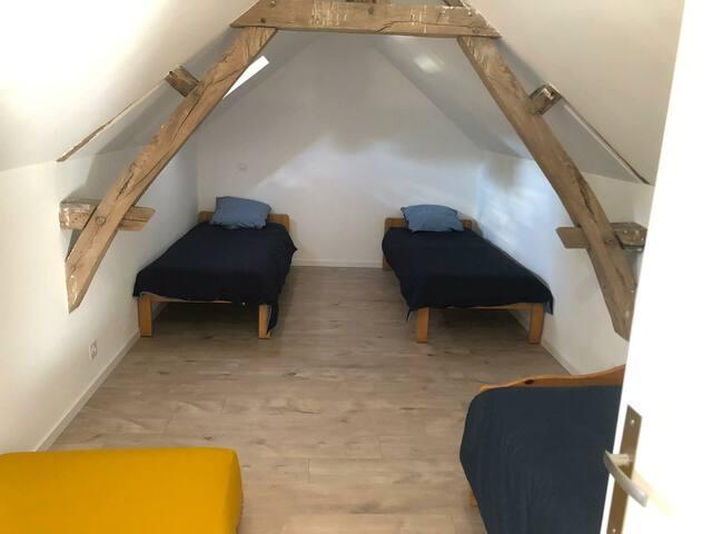 Chambre 3 à l'étage 4 lits 90 x 190 cm