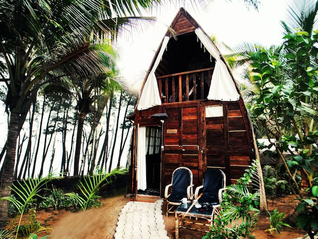 Eco-friendly chill-out boat hut Tartaruga