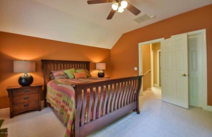 2nd Floor Queen Bed No TV Bedroom 4