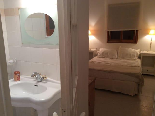 Chambre indépendante équipée avec salle de bain