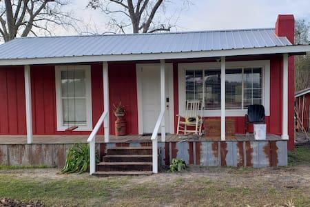 Lil' Red Cabin in Historic Fitzgerald, Georgia