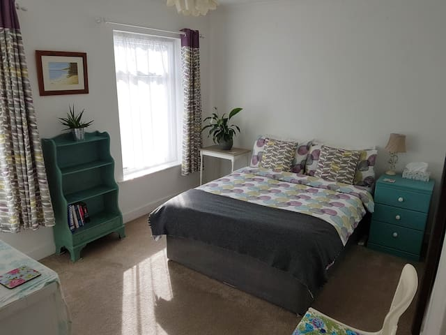 Bright & Airy Double Room, 10 min walk from tube