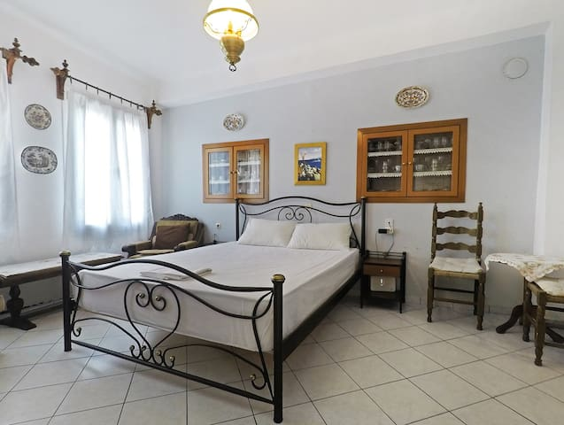 """""""Yiayia's"""" guesthouse in Skopelos"""