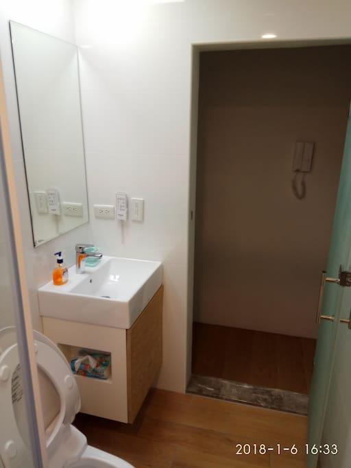 四樓共用衛浴跟濕分離
