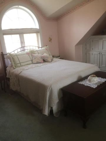 The Runaway Manor Grand Room - Glover