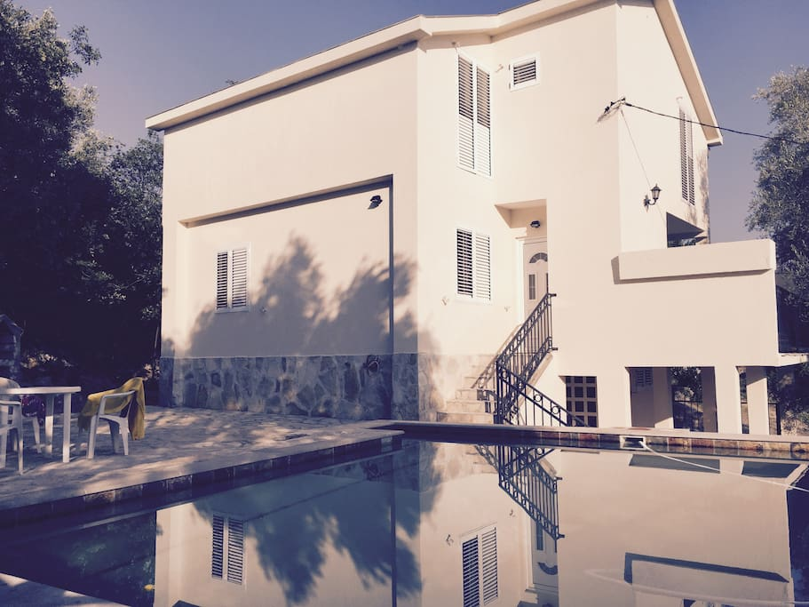Front courtyard , swimming pool and BBQ area