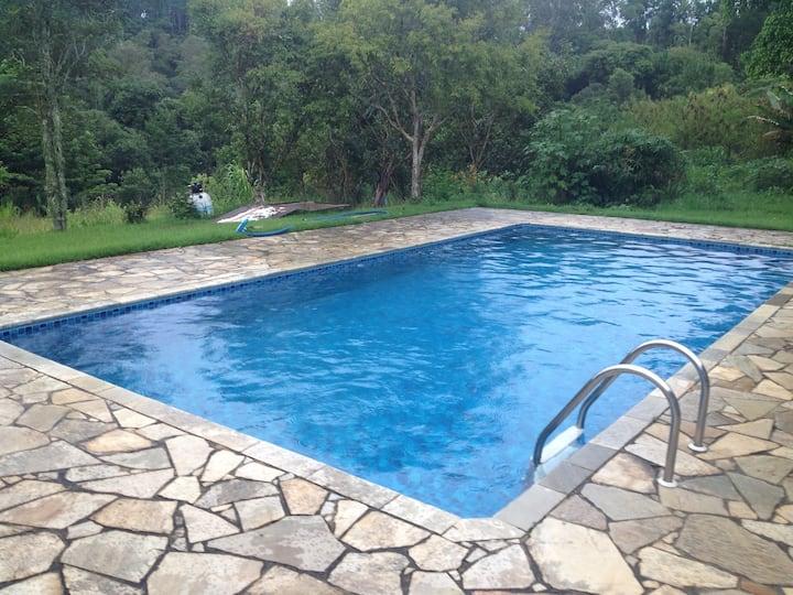 Chácara com chalé, churrasqueira, piscina e lago.