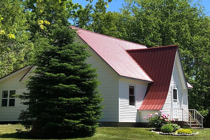 Red roof cottage -Lamoine / Mount Desert area