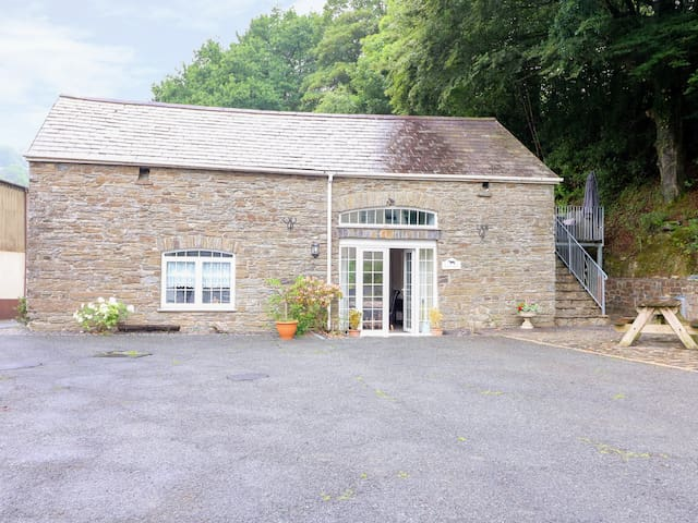 LOFT APARTMENT, character holiday cottage in Llandysul, Ref 939765