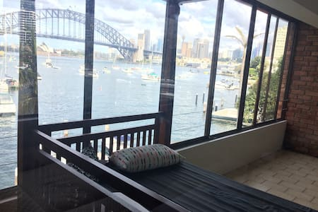 Spacious house by the bay with stunning views - Lavender Bay