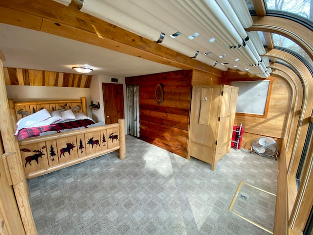 Cabin main bedroom with solarium and adjustable bed!