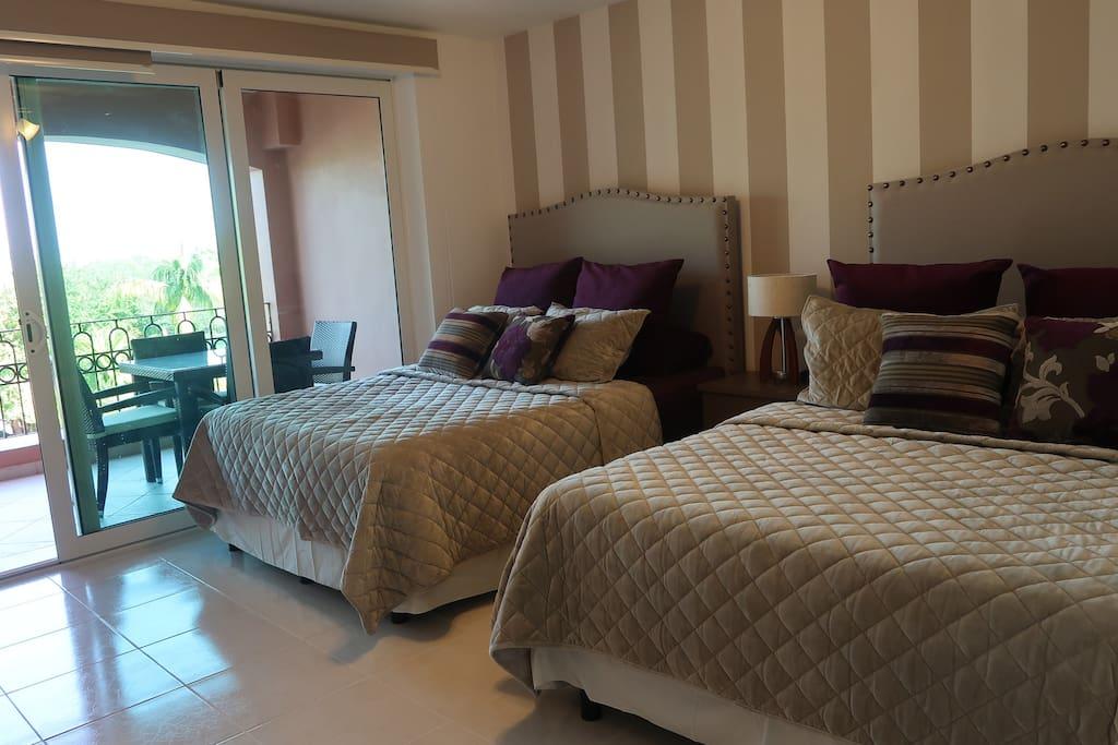 Main bedroom with 2 Queen beds. Habitación principal con 2 camas Queen.