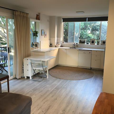 Sunny, modern apartment 4 mins from Bondi Beach