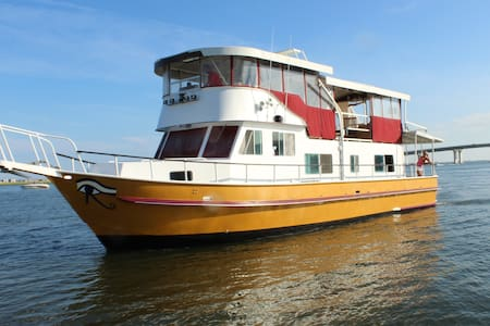 QUEEN NEFERTITI YACHT HOTEL -at Tavern on the Bay - Somers Point - Bed & Breakfast