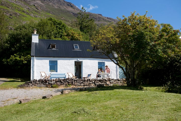 Pretty cottage with great loch and mountain views.