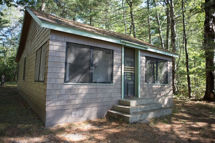 THE BADGER PAD--Nettie Bay, MI: Sleeps 4, private dock & 14' rowboat, ATV friendly, screened-in porch, swim on property