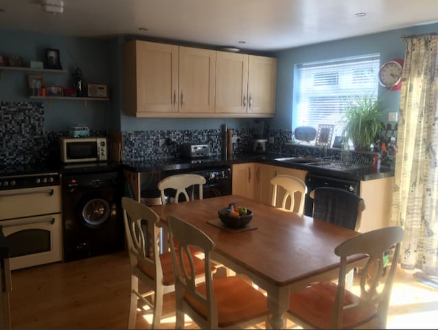 Single Spacious room in modern home, parking.  OX4