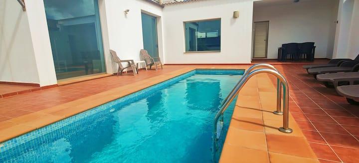 """Casa """"NORAH"""" moderna tranquila con piscina y wifi"""