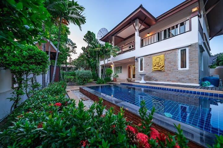 Pattaya city center Thai style pool villa