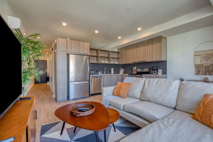 Great 1BR Near Downtown + Stunning Views