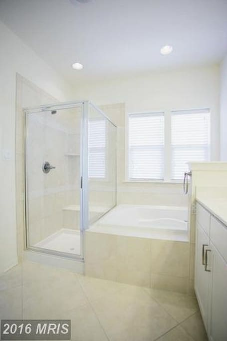 Spotless clean Private bathroom with shower and tub, shampoo/conditioner and bodywash included