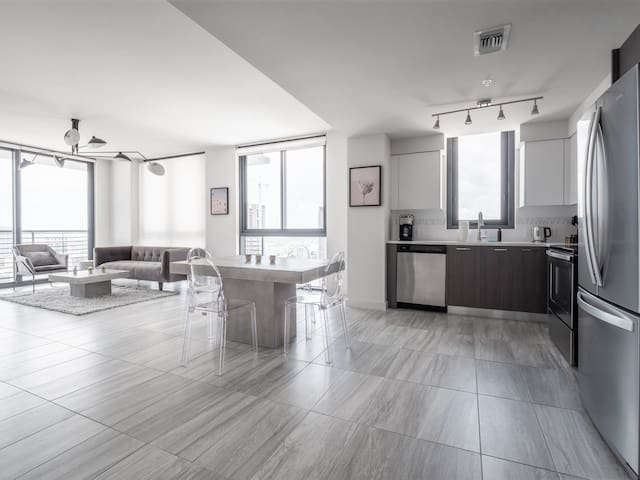 Lofty 2 BR in Downtown Miami   39th Floor w/ View