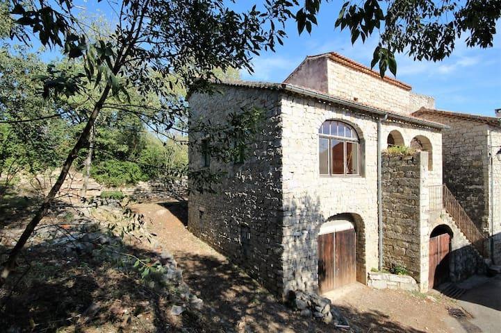 Jolie maison en pierre à proximité de la rivière