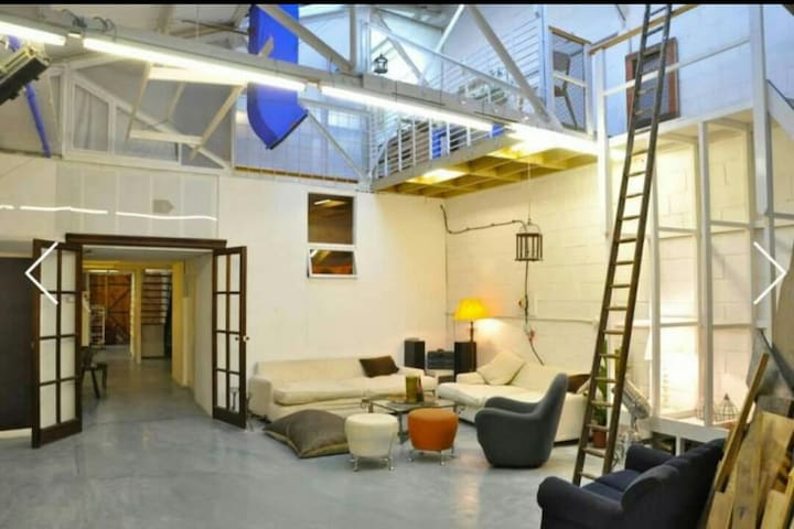 Massive Double Room in Artists' Warehouse - Londra - Loft
