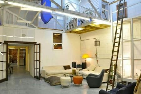 Massive Double Room in Artists' Warehouse - London - Loft