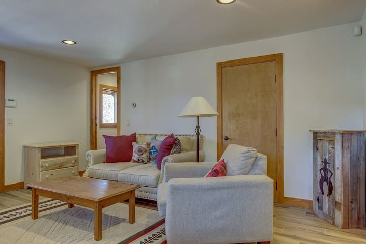Cozy, secluded studio in quiet location near town, hiking, skiing, and more!