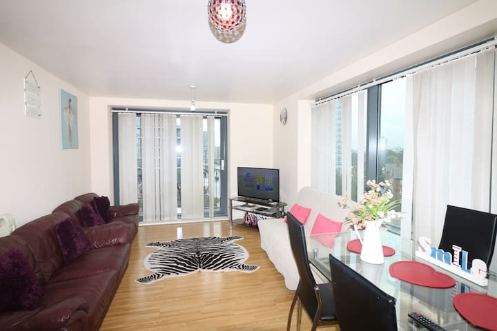 Luxury 2 bed Apt, 20 mins to Central London Zone 2