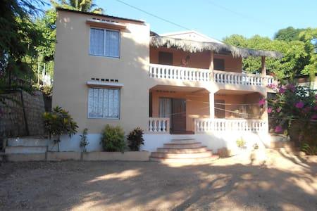 """Appartement (1er  étage de la villa """"Imahasoa"""")"""