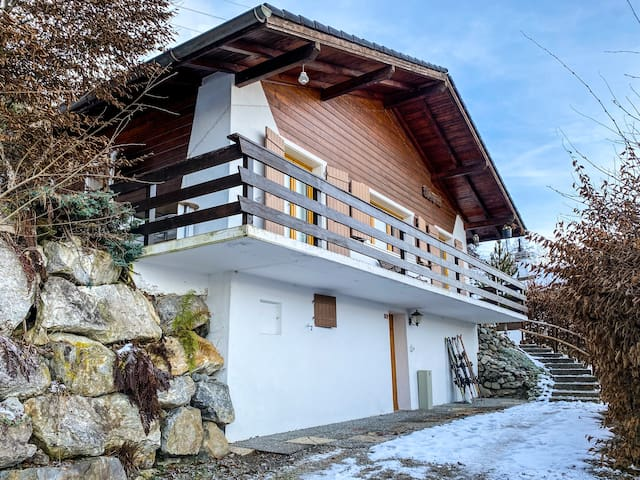 Charmant Chalet with Balcony for Skier and Biker