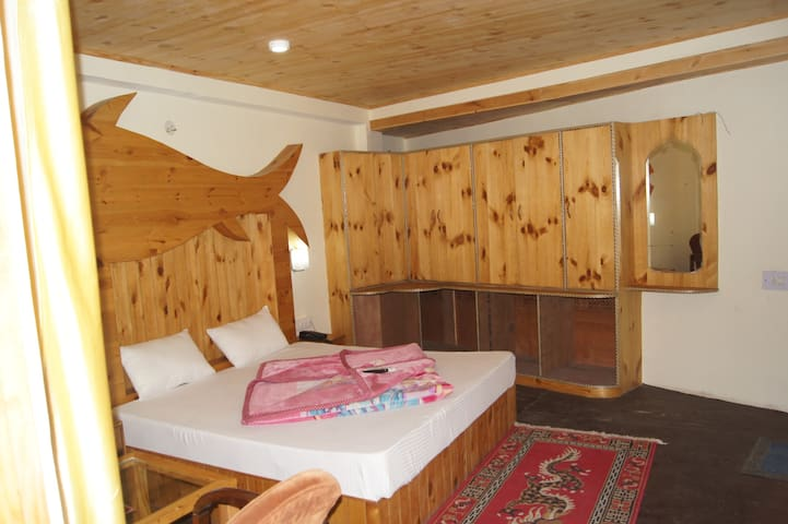 Spacious Room in the river bank in Old Manali 3
