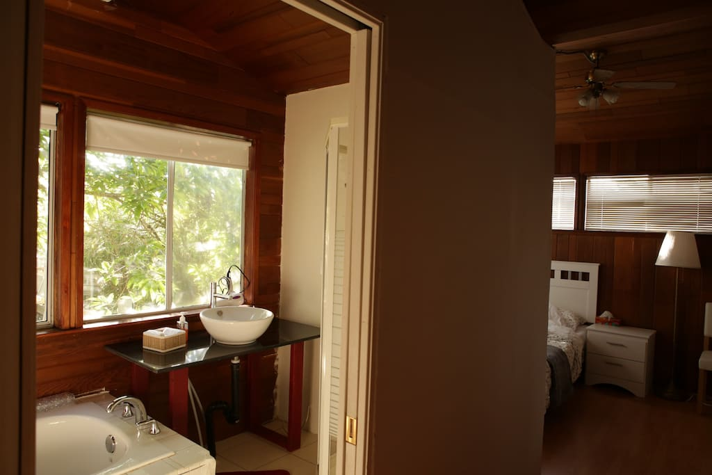 Sunny Romantic Log Cabin with Backyard view (private washroom)